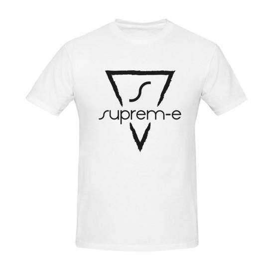 camiseta blanca con logotipo negro